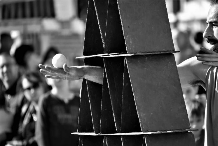 1_L'Arpenteur / Compagnie MO3, jonglage d' ardoises, guitare électrique ©Thierry Tanter