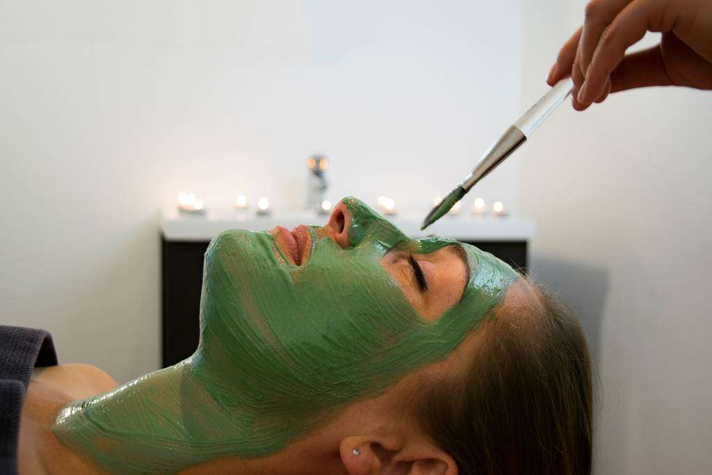 Masque-Visage-Spirulin-Femme-Miramar-La-Cigale-Thalassothrapie--Spa-Arzon-Presqule-de-Rhuys-Golfe-du-Morbihan-Bretagne-sud12fr
