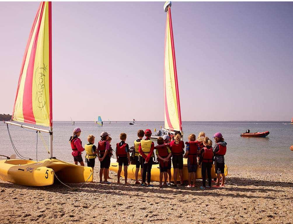Club-Nautique-du-Rohu---Briefing-sur-la-plage-avant-le-dpart-sur-leau-en-Funboat6fr