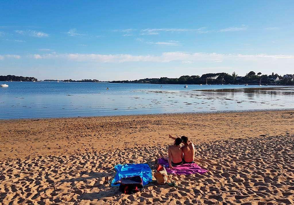 La-douceur-dune-soire-sur-la-plage-en-face-du-camping1fr