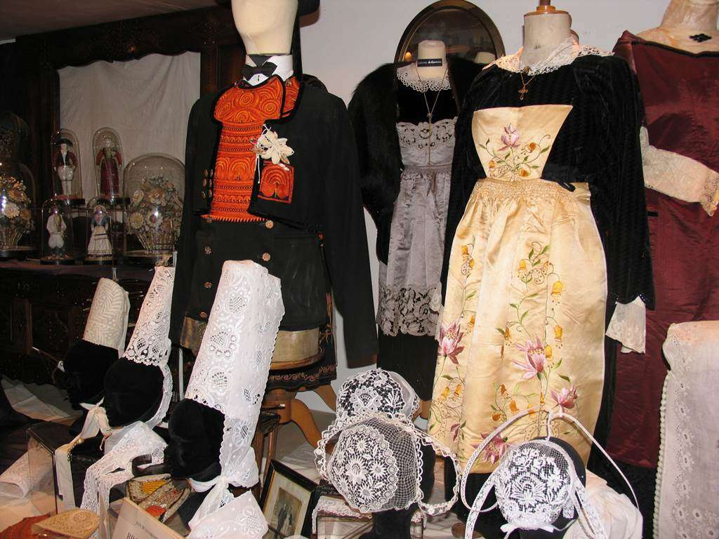 Costumes-Bretons-Muse-des-Arts-Mtiers-et-Commerces-Saint-Gildas-de-Rhuys-Presqule-de-Rhuys-Golfe-du-Morbihan-Bretagne-sud1fr