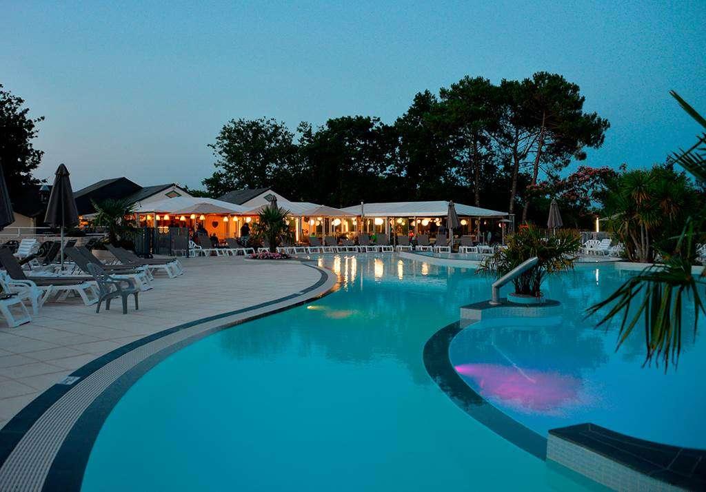 Le-restaurant-au-bord-de-la-piscine--Man-Guernehu14fr