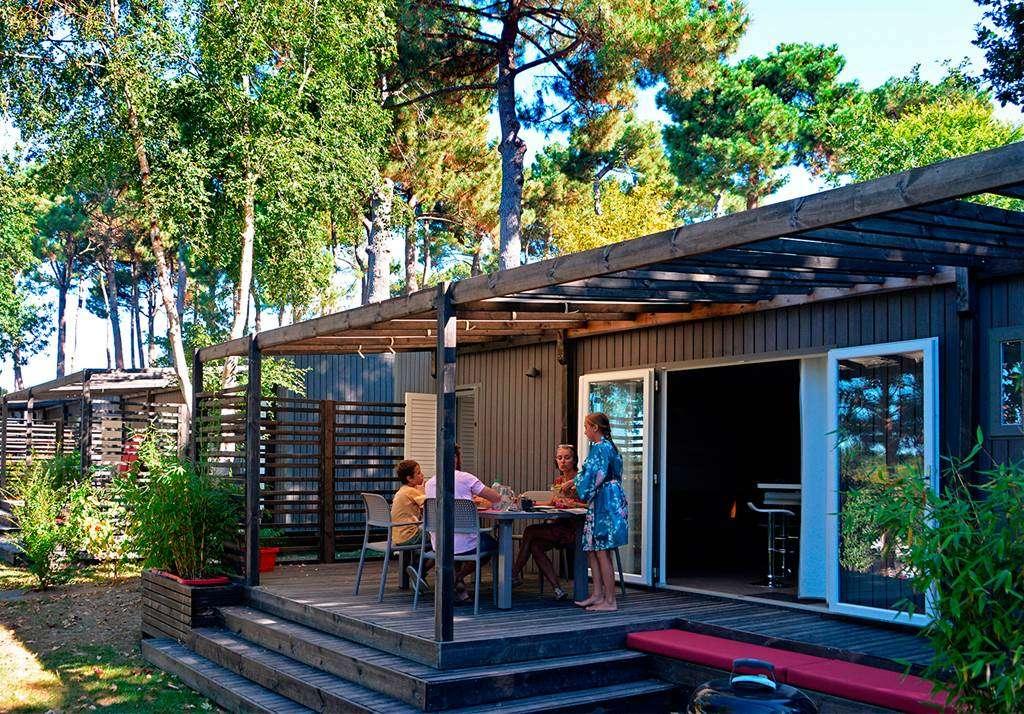 Petit-djeuner-en-terrasse-du-cottage-Premium-Zen19fr