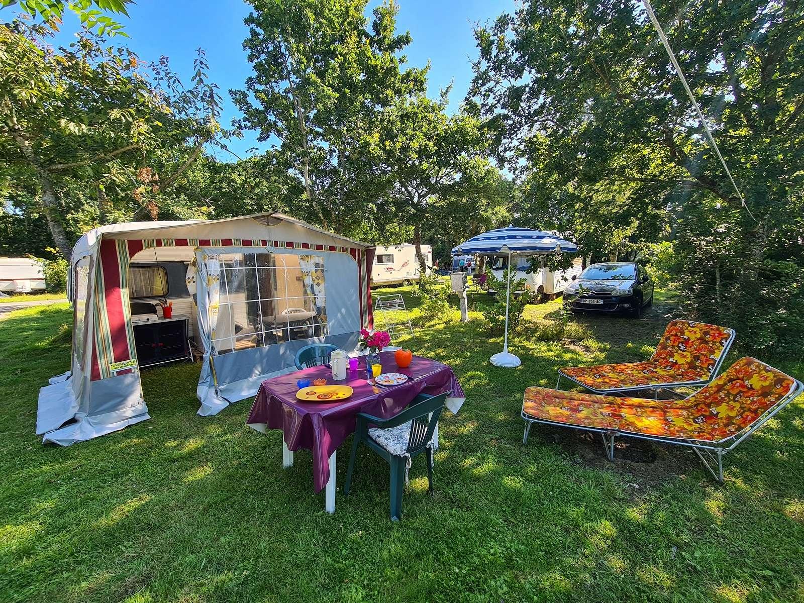 Camping du Parc-Lann - Caravane ADRIA détente à l'extérieur