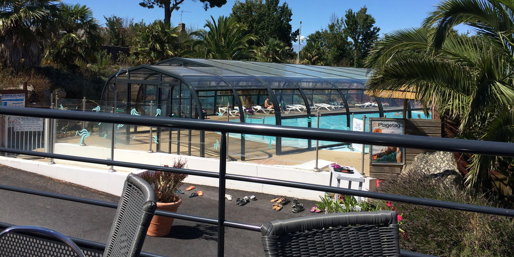 piscine-couverte-terrasse_camping-le-dolmen_carnac