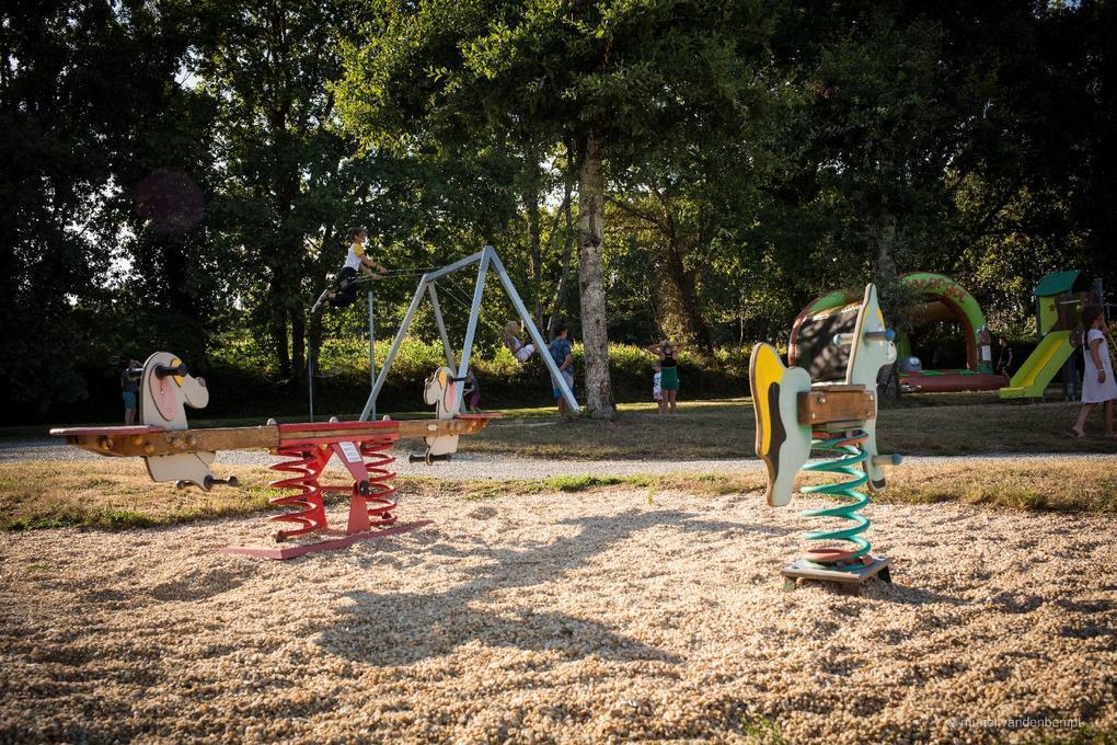 jeux enfants au camping Saint Laurent à Ploemel