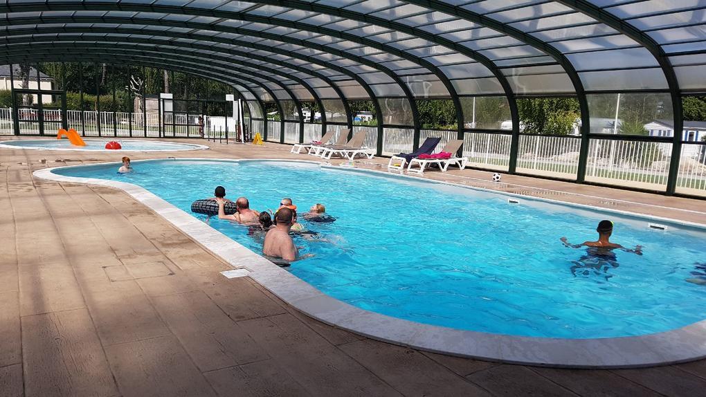 piscine couverte au camping Saint Laurent à Ploemel