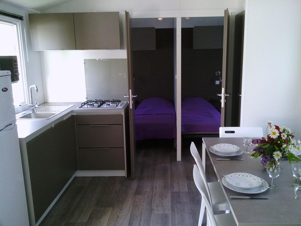 interieur_mobil-home_cuisine_chambres_camping-les-salines_carnac