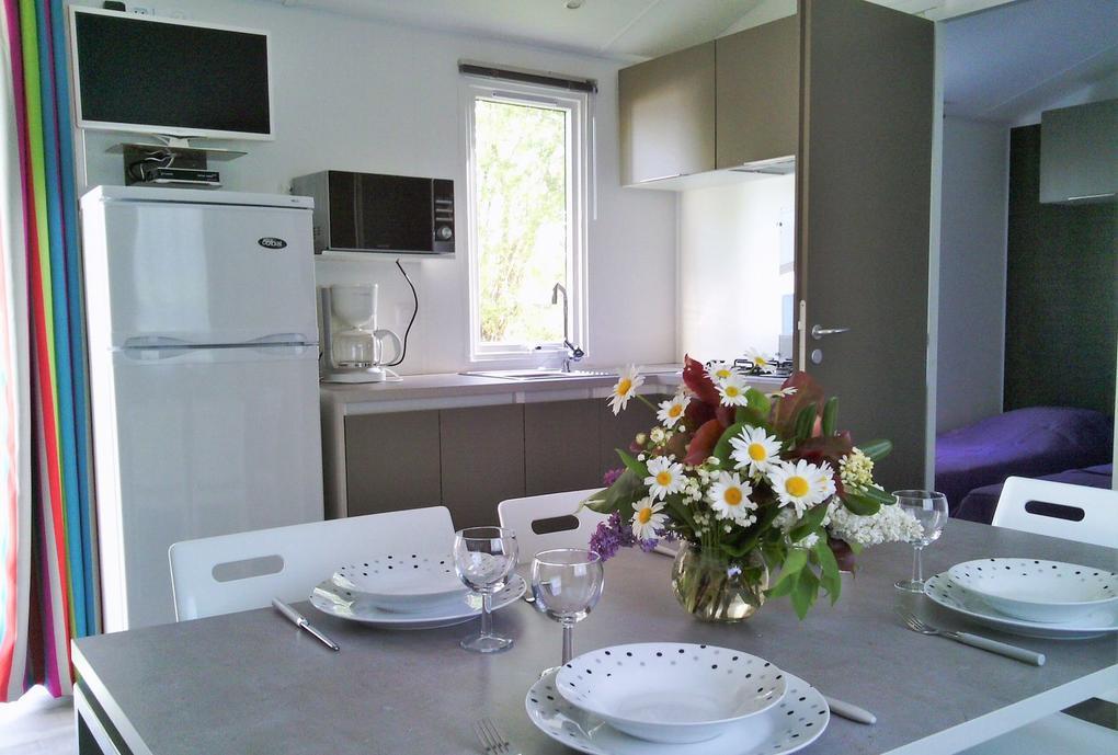 interieur_mobil-home_cuisine_table-a-manger_camping-les-salines_carnac