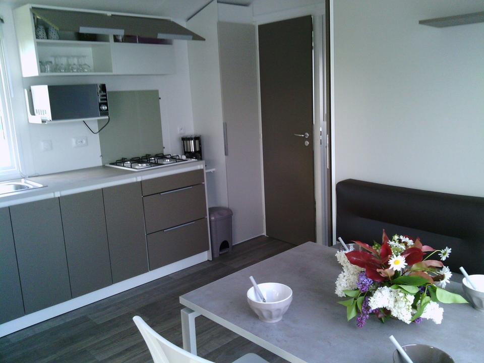 interieur_mobil-home_equipement_cuisine_camping-les-salines_carnac