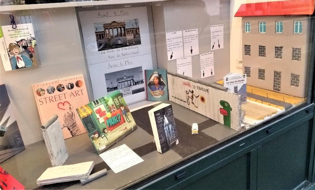 vitrine_mur_berlin_Commerces-librairie-p'tit-monde-de-zabelle-carnac-morbihan-bretagne-sud