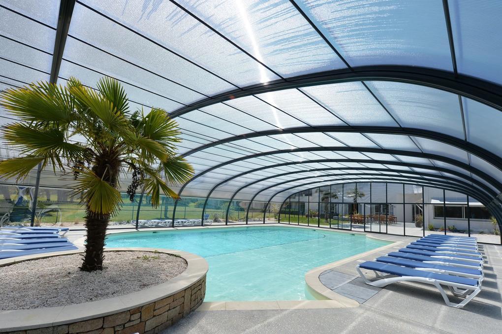 piscine-couverte_palmier_hotel-golf-saint-laurent_ploemel