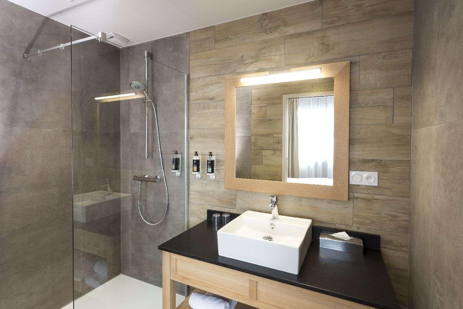 salle-de-bain_hebergement_hotel-le-tumulus_carnac