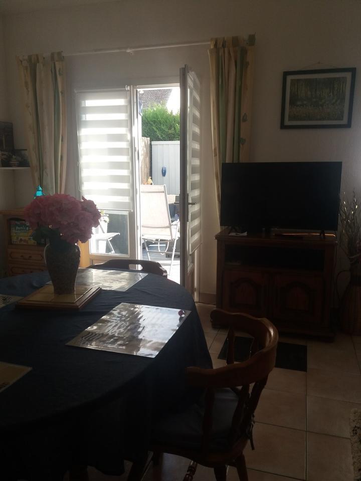 salon-sejour_hebergement-meuble_table-a-manger_hebergement-les-cigales_carnac