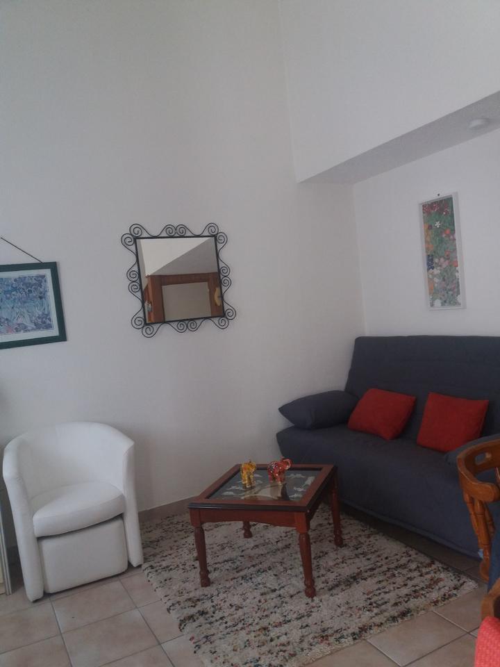 salon_canapé_table-basse_hebergement-meuble_hebergement-les-cigales_carnac