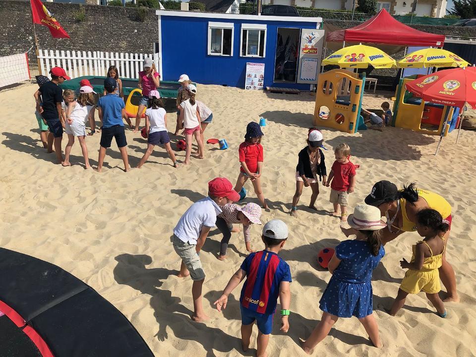 jeux-sable_activites-enfants_mickey-activites-nautiques_club-de-plage-men-du_carnac