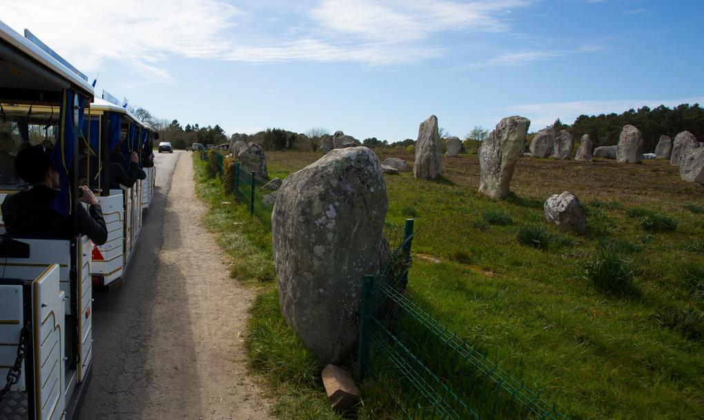 alignements-de-kermario_petit-train-touristique_visite-guidee_le--bayon_carnac