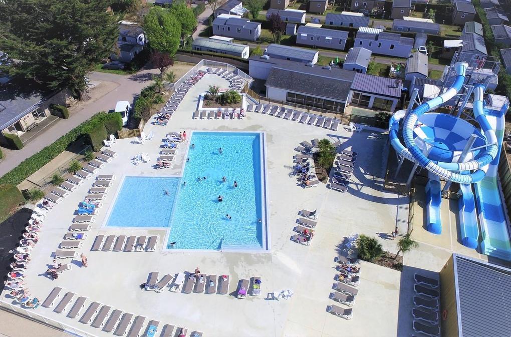 piscine_transats_camping-les-menhirs_carnac